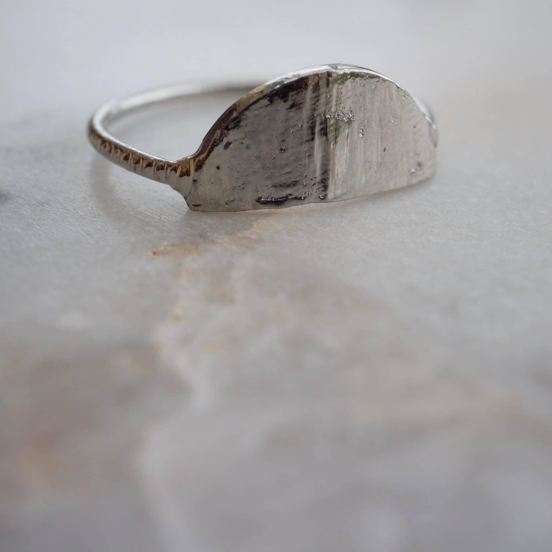 Bague demi-lune en métal recyclé